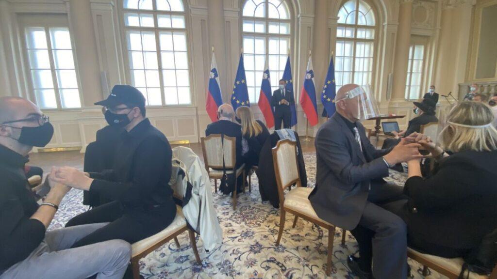 slepogluhi na obisku v predsedniški palači. Po dva se pogovarjajo z rokami