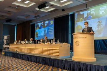 govornik in omiszje predsedstva za zboru članov v Hotelu Bernardin