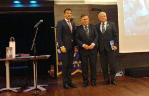 Trije možje ob predaji donacije društvu Trepetlika
