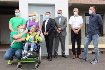 Lions klub Novo mesto doniral hišno dvigalo za Lovra s cerebralno paralizo